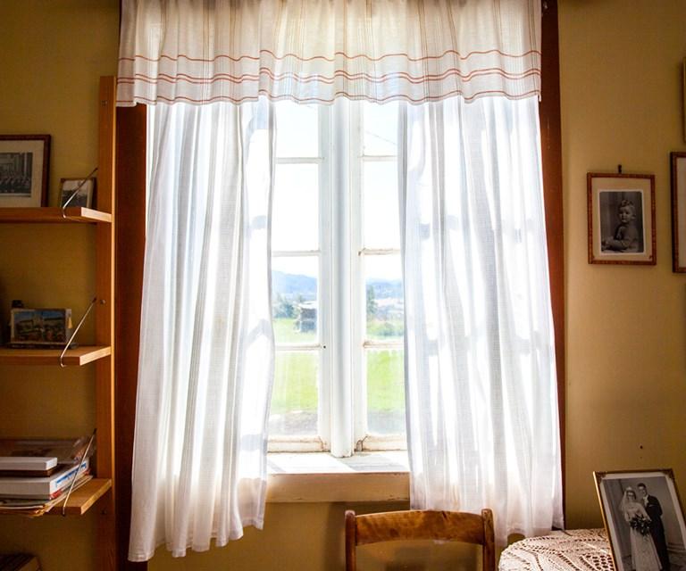 deed7678 Denne type gardiner, med retthengende sidesjal og en smal, rynket kappe, er  i
