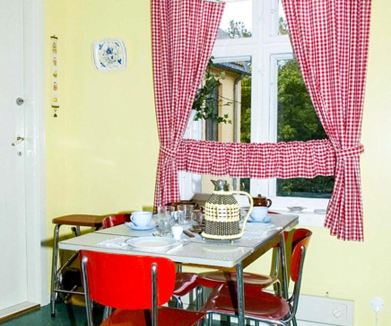 03932ae5 Typiske kjøkkengardiner fra 1960-tallet 1965-leiligheten i Wessels gate 15  på Folkemuseet.